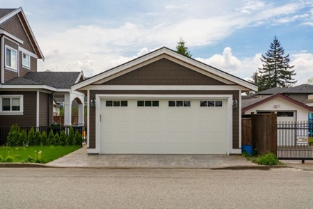 Should You Build an Attached or Detached Custom Garage?